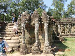 象のテラスはジャヤバルマン七世が12 世紀末に造り、ジャヤバルマン8世が改修した。 王宮前の広場に面した長さ 350mの長いテラスです。 式典や儀式に使われたそうです。 これは3つの頭を持つ象がハスの花を絡め取っているところだそうです。