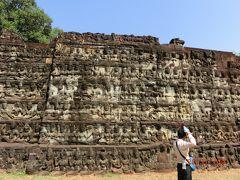 ライ王のテラス Leper King Terrace は、三島由紀夫の戯曲「癩王のテラス」でも知られている。 これもジャヤバルマン七世が12 世紀末に造られた。 高さ6mもあるそうです。 女神や9つの頭を持ったナーガの像がある。