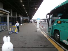 旅行日1日目(2月27日)、出発です! 前日ギリギリまで仕事しながらも空いた時間を見つけて、旅行の準備をしてきました。 何とか手配も終わり、こうして出発することができて何より(^_^;)。  今回は地元の駅からJR線に乗って東京駅へ行き、東京駅から東京シャトルに乗って成田空港へやって来ました。  楽天トラベルよりいただいた東京シャトル100円引きクーポンと楽天ポイント併用で成田空港へ行くことができました\(^o^)/。  ということで順調に成田空港第2ターミナルに到着です。