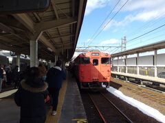 14:54 城崎温泉駅着  向かいのホームで14:57発浜坂行きの列車が待っていますが、2両しかなくすぐに満席になってしまいました。乗り換える方は急いで座席を確保することをオススメします。  ここからさらに1時間、列車の旅は続きます。