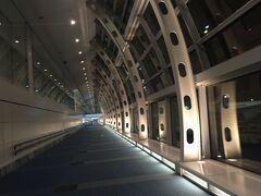 <旅立ちの日> 深夜の羽田空港第2ターミナルの到着ロビーです。 神戸から最終便でやってきました。  日中なら大勢の人が歩いているのに人影なし 不気味