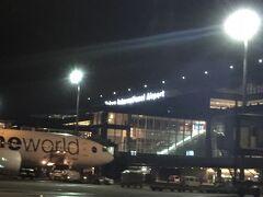 国際線ターミナルまでは、乗り継ぎバスで移動。  空港内をグネグネ走るバスから、たくさんの人が働いているのを見ました。 深夜までご苦労さまです。