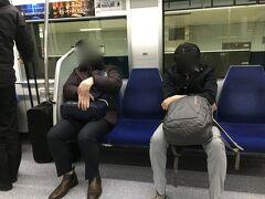 Yはギリギリまで家で仕事して、お風呂にも入らず出発。モノレールで羽田空港国際線ターミナルへ。モノレールの中でも寸暇を惜しんで寝るというのはさすが。真似できない。