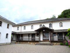 坂道を登り、階段を上がったところにある、この建物が開明学校。  町民の寄付によって明治15年に建設された、国内最古級の小学校。伝統的な日本建築に洋風要素を取り入れた校舎は、国の重要文化財に指定されています。
