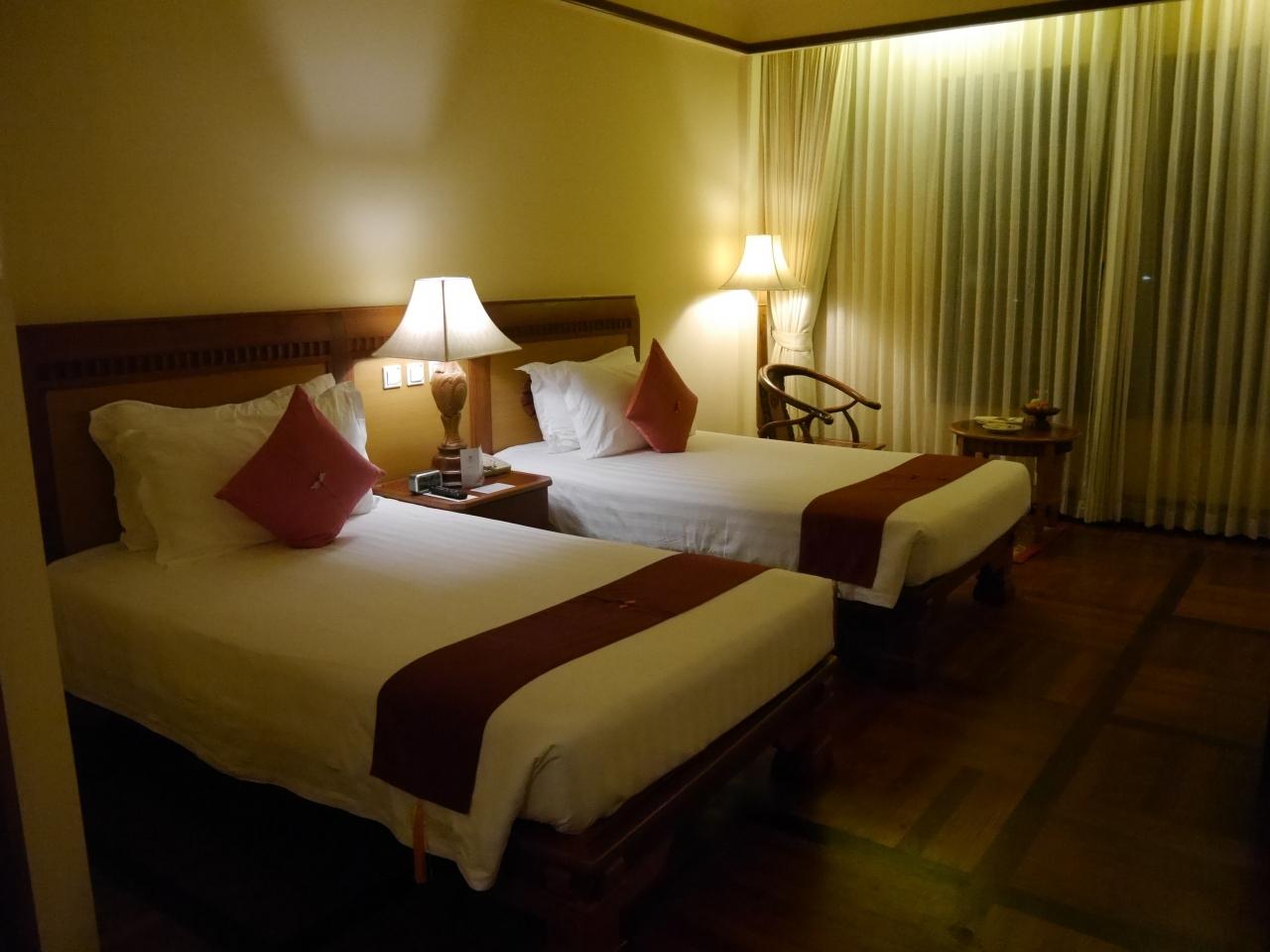 今回宿泊した、ソカアンコールリゾートのツインの部屋です。最初は広さが同じのダブルの部屋でしたが、ツインに変更をお願いしたらこの部屋になりました。さすが高級ホテルです。広くて綺麗です。ウエルカムフルーツやデザートも用意されてました。湯沸かしポットもインスタントコーヒーもありました。  本来は4泊の予定ですが、何故か追加代金無しで5泊予約されていました。おかげで最後の日は余裕でレイトチェックアウトできました。