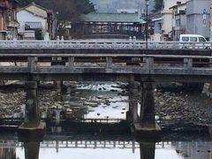参道から橋を渡って駅の方へ歩いていきます  橋がいくつもあるのですが、奥に見える木の古そうな橋は「鞘橋」といわれる橋で有形文化財です  普段は通行できませんが、神事の際には使われるようです