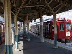 赤い列車の色が鮮やか。