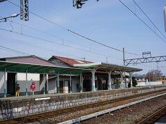 ロングシートに揺られて、 目的地の焼肉街道の最寄りとなる美濃高田駅に到着。
