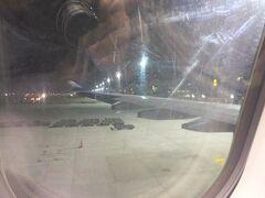 台湾桃園国際空港到着。  時差が-1時間なので、今は24:22。