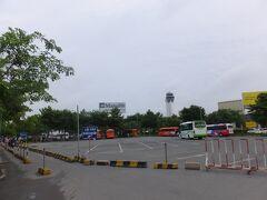 空港のバイクの駐輪場あたりでTと別れて  歩いてターミナルへ向かいます。  (8:40)