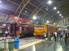 18:55発ウボン・ラチャタニ行きは左端の8番ホームから発車。 Bangkok 18:55 ⇒ Ubon Ratchathani 6:15 快速 No.139 205バーツ