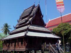 きらびやかな寺の中に、掘りで囲まれた木造の渋い寺院があった。