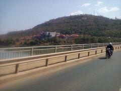 ラオス日本大橋を渡ってチャンパーサックへ。