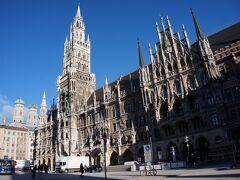 前日のミュンヘン到着時は豪雨だったのですが、この日は晴れました。 まず、宿から歩いてすぐの新市庁舎を見に行きました。  午前9時くらいで、まだ観光客はまばらです。