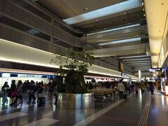 翌朝は雨天だったので、宿に近いJR蒲田駅前からバスで空港に行こうとしましたが、座れなさそうだったので、京急蒲田駅まで歩いて電車で空港へ。初めての羽田空港第1ターミナルです。
