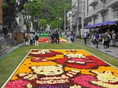 今日は北野坂インフィオラータをやっており花の絨毯が続きます。
