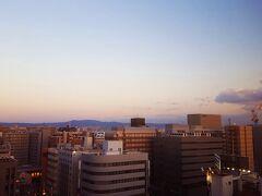 連休で、新大阪の定宿【ホテルニューオーサカ】が取れなかったので、江坂の【新大阪江坂東急REIホテル】をbookしてみた。というよりもここしか空室がなかった。  狭いビジネスホテルだけれど、いろいろと便利だ(便利さは後述)。
