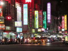 新規開拓の夜市へ。 車がバンバン走っていて食べ歩きとかには向いていない。 あと、大陸人多い。半端なく多い。  「自強夜市 (苓雅夜市) 」