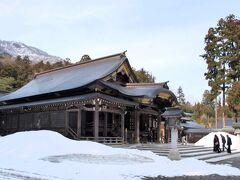 越後一の宮「弥彦神社本殿」( http://www.oyahikosama100nen.com/   )を参拝。まだ多くの残雪が・・・・。