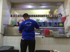 【1日め】  さて、まずは朝ごはんと食べなくては。 (機内食を食べてから5時間経過してます!!)  せっかくアラブ人街へ泊まっているので、 アラブなご飯が食べたい! 色々調べたのですが、ホステル近くのザムザムへ。  マトンのムルタバ(小)(きゅうりとカレースープ?付)6ドル、 冷たくて甘いミルクティーが1.5ドル。 飲み物は店員さんのお勧めでした。  どちらもとっても美味しかったけど、 組み合わせ的に、ミルクティーは間違いだった。