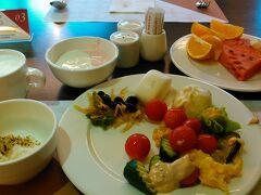 朝食ブッフェ スイカは甘くて美味しい。 ホットミルクも、ヨーグルトもあるし、嬉しい。