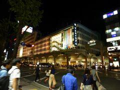鶴屋百貨店の前でバスを降りました。  市内はとても活気がありました。