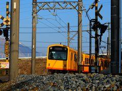 三岐鉄道を追って楚原駅にやってきました。 この日は寒かったので、列車が待ち遠しかった・・・。 しばらくすると、緩やかな曲線に沿って春色の列車がやってきました。