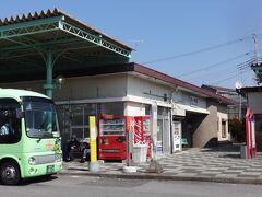 関東鉄道竜ヶ崎線に乗ってやってきた竜ヶ崎駅。 駅のすぐ横に関東鉄道バスの営業所もあり、駅前からは路線バスやコミュニティーバスがいろいろ出ている。