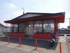 香取駅。香取神宮をイメージしたという駅舎。無人駅である。
