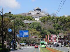 通町筋で降車しました。 ホームを降りると目の前には「不滅の城!」 熊本城が見えます。