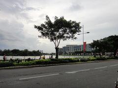待ち合わせてバイクで向かったのは、7区の公園です。この貯水池のようなところ、Ho Ban Nguyet(Ban Nguyet湖)という小さな湖です。