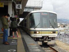 大和路快速が入線。平成に入って以来ずっと221系が使われている。奈良駅(半分は加茂駅)から天王寺、そこから大阪環状線に入り大阪駅まで結ぶ列車で、15分間隔、奈良から天王寺までは所要30分ちょっとと速い。