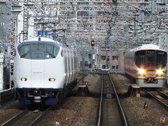 関空特急はるかと環状線内回り電車。環状線は新鋭323系だ。