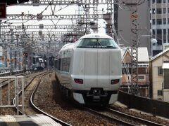特急くろしお号。天王寺発着で紀伊半島を結ぶ列車だったが、JR化以降、環状線を経由して京都発着が中心になった。貨物線を経由し、新大阪には停まるが、大阪駅は経由しない。 1978年に電車化してからながらく国鉄型が使用されてきたが、ここ数年でようやく新型特急に統一された。基本1時間間隔で和歌山県の白浜・新宮まで走る。