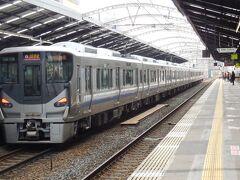 阪和線快速に使われている最新鋭225系電車。
