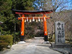 観光センターから宇治川を渡り、対岸へ。川沿いの宇治神社へお参りし、その奥の坂を登ると宇治上神社がある。