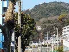 駅前の国道2号線を西に500mほど歩く。目の前に鉢伏山が見えてきた。