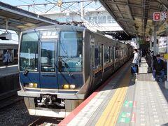 JR須磨駅。快速が停車。ここから元町まで戻る。7両編成の普通はけっこう混んでいた。ここからは始発列車も出る。