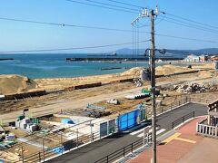 駅の真ん前は海水浴場なんだが今はこんなふうに整備中なのだった。