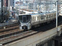駅の南北で高低差が大きく(神戸らしいよね)、駅脇の歩道橋からこうやって見下ろせる。