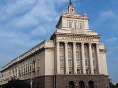 旧共産党本部(Независимост)  現在は、国民議会(Народно събрание)の管理事務所として使用されている建物です。   旧共産党本部:https://en.wikipedia.org/wiki/Largo,_Sofia 国民議会:https://ja.wikipedia.org/wiki/%E5%9B%BD%E6%B0%91%E8%AD%B0%E4%BC%9A_(%E3%83%96%E3%83%AB%E3%82%AC%E3%83%AA%E3%82%A2)