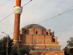 バーニャ・バシ・ジャーミヤ(Баня Баши джамия)  1566年にミマール・スィナン(معمار سينان)の設計で建立されたモスクです。   バーニャ・バシ・ジャーミヤ:https://en.wikipedia.org/wiki/Banya_Bashi_Mosque ミマール・スィナン:https://ja.wikipedia.org/wiki/%E3%83%9F%E3%83%9E%E3%83%BC%E3%83%AB%E3%83%BB%E3%82%B9%E3%82%A3%E3%83%8A%E3%83%B3