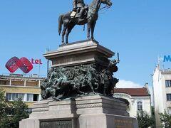 解放者記念像(Паметникът на Царя-освободител)  露土戦争に勝利し、オスマン帝国(دولتِ عليۀ عثمانيهبر)からブルガリアを解放したアレクサンドル2世(Александр II)の騎馬像です。   解放者記念像:https://en.wikipedia.org/wiki/Monument_to_the_Tsar_Liberator 露土戦争:https://ja.wikipedia.org/wiki/%E9%9C%B2%E5%9C%9F%E6%88%A6%E4%BA%89_(1877%E5%B9%B4-1878%E5%B9%B4) オスマン帝国:https://ja.wikipedia.org/wiki/%E3%82%AA%E3%82%B9%E3%83%9E%E3%83%B3%E5%B8%9D%E5%9B%BD アレクサンドル2世:https://ja.wikipedia.org/wiki/%E3%82%A2%E3%83%AC%E3%82%AF%E3%82%B5%E3%83%B3%E3%83%89%E3%83%AB2%E4%B8%96