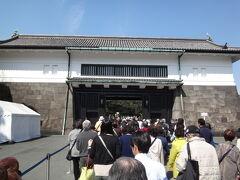 3/31 ちょうど桜の季節ということで、皇居乾通りは一般公開。今日は休暇をとって、皇居の中へ。それにしてもたくさんの人。幸い待ち時間はほぼなしでした。