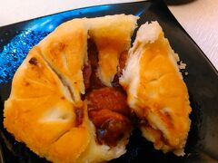 チャーシュー入りカレー、メロンパン。外は甘くて、中は辛い。 暖かいけど、甘いか辛いかどっちかにしてほしい。