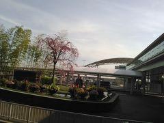 第1ターミナルのこの景色が好きです。四季折々の花が、日本に帰って来たことを実感させてくれます。