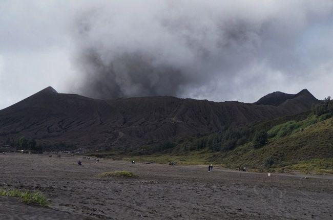 インドネシアで火山トレッキング...