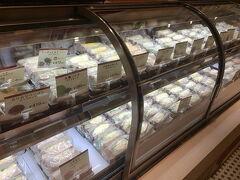 博多マルイにある玉子サンド専門店「oeuf TAMACO サンド」でモーニングです。玉子サンドばっかり、40種類。壮観です。どれにするかめっちゃ迷います。