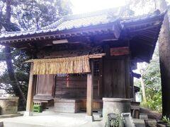 """本堂裏手に回った。  お堀跡らしき くぼ地(空掘と土塁の跡)の西側に「琴平神社」が""""ちょこん""""とあった。  布川城があったときは「馬出曲輪(郭)」だったらしい。"""