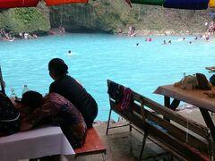 水の色! エメラルドです。 素晴らしい!しかも川でも自由に泳げるし、メインの滝にもイカダに乗って打たれます!